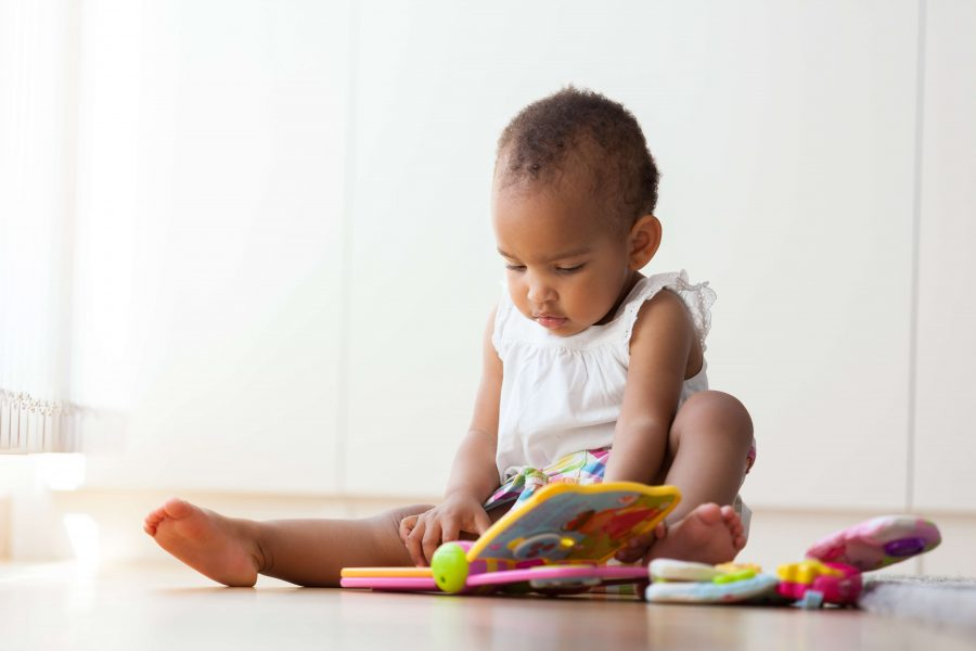 Bebé leyendo un libro