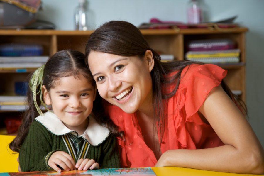 Maestra y niña en el cuidado de niños