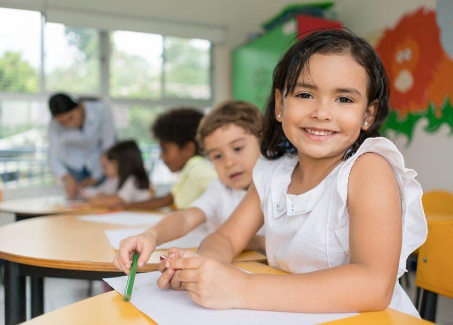 Niña sonriendo en la escuela