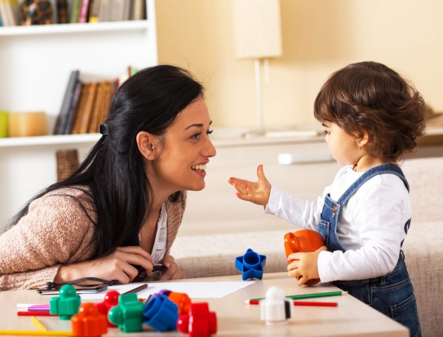 Cuidadora y niña jugando